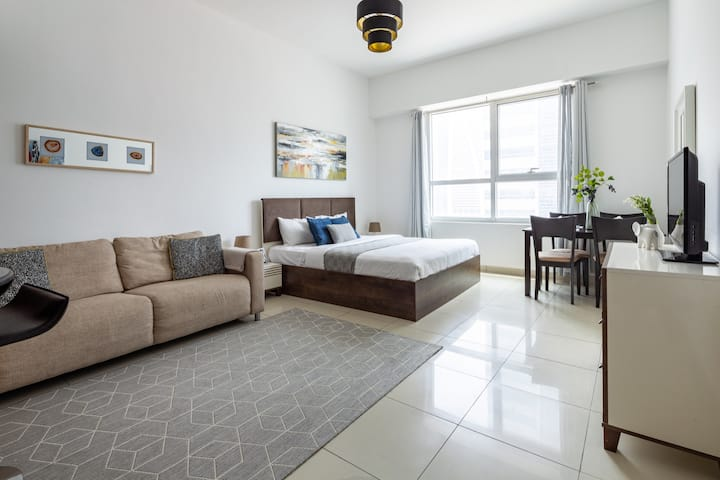 Light and Modern Studio in JLT! Sleeps 3!