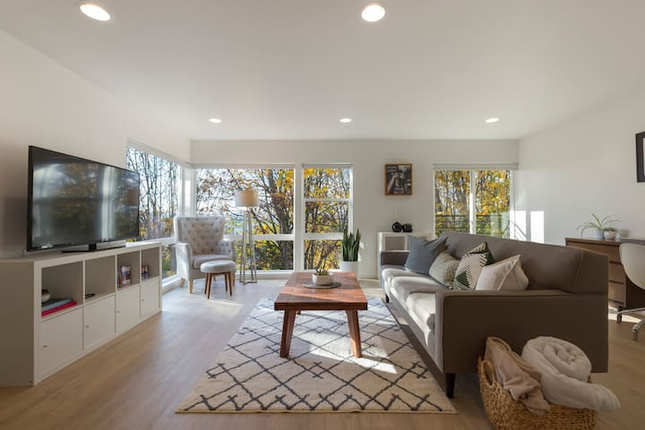 ★ Your Own Modern Urban Oasis, Central Location ★