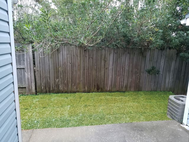 Small back yard with outdoor shower and hose to rinse out toys, kids, husbands...