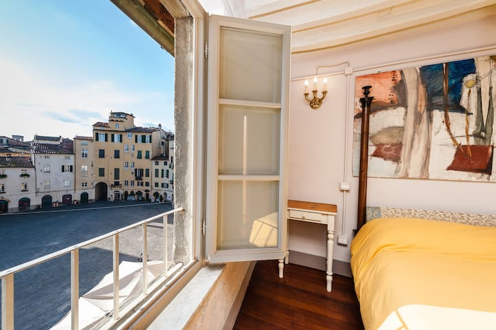 Penthouse overlooks the Anfiteatro Square.5 people