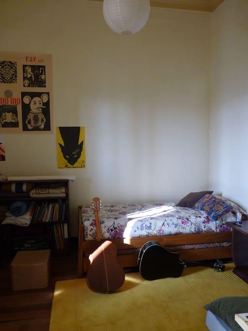 Esta es la habitación para los huéspedes. Tiene cama nido.