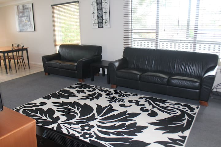 Small 3 bedroom house - Albion Park Rail - Talo