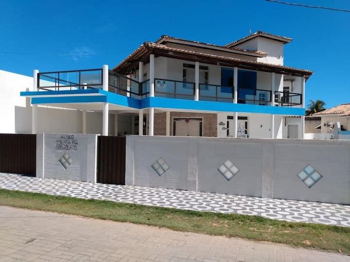 Casa de praia com piscina para até 12 pessoas.
