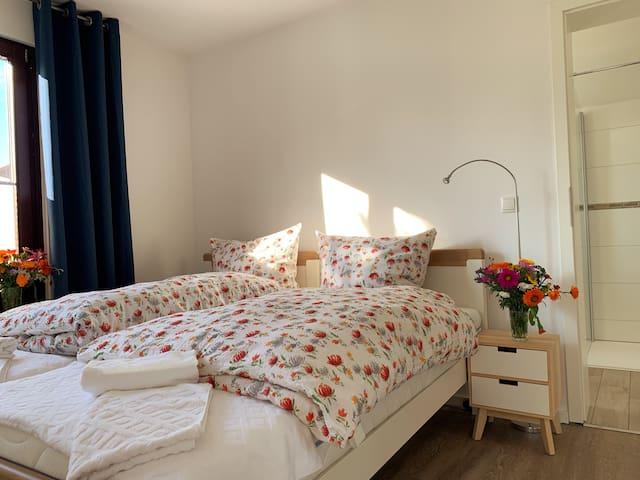 Schlafzimmer 2 mit zwei Betten á 90cm Breite. Die Betten können so oder