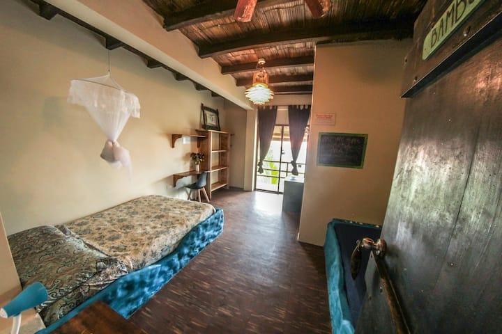Beachfront room - free yoga @ La Casa (Bambu)