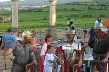 Dorf in Weinreben eingebettet.