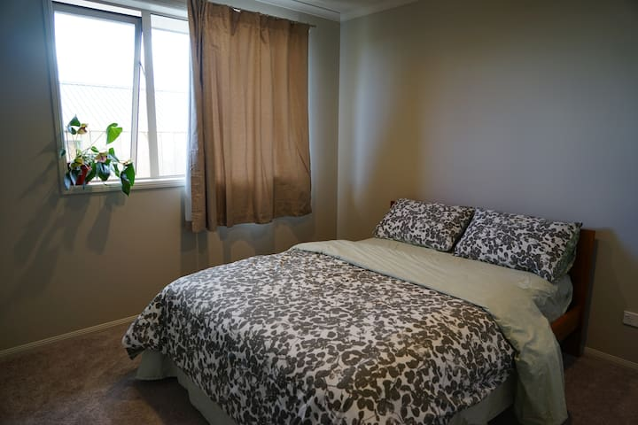 Panda's House - double bed room 2 - Pokeno - House