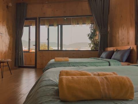 Phòng có thiết kế gỗ nhìn thấy núi