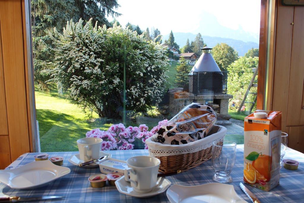 Petit déjeuner dans la véranda face au montagne