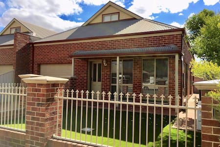 Townhouse on Hovell-Walking Distance to Everything