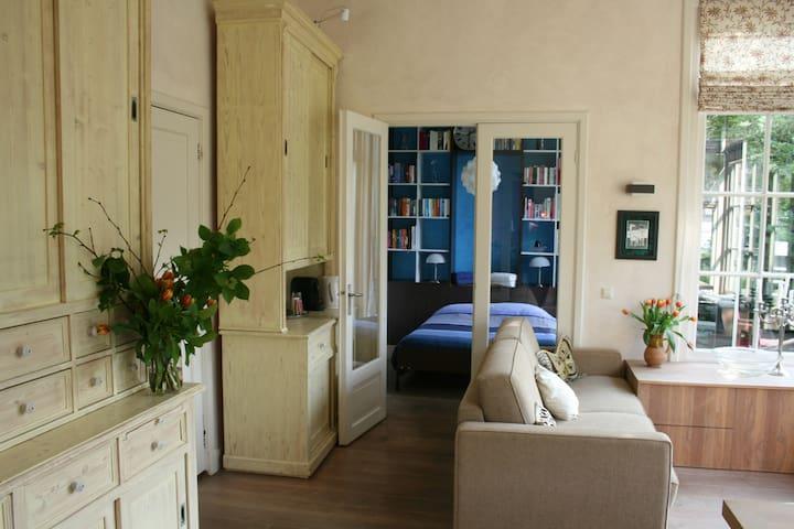 woonkamer met slaapbank(160) met doorkijk naar slaapkamer