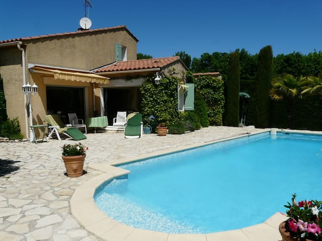 Very pleasant vacation rental with pool in the Luberon