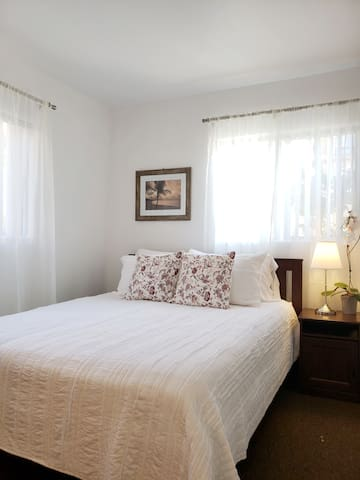 Bright & beach room matches the La Jolla scene perfectly. Relax on the cozy queen bed after a day at the beach!