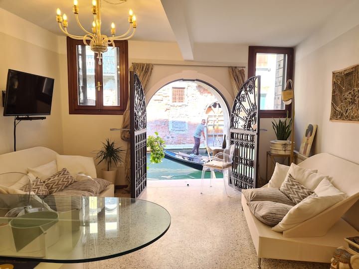 Frari Luxury Apartment over looking the canal