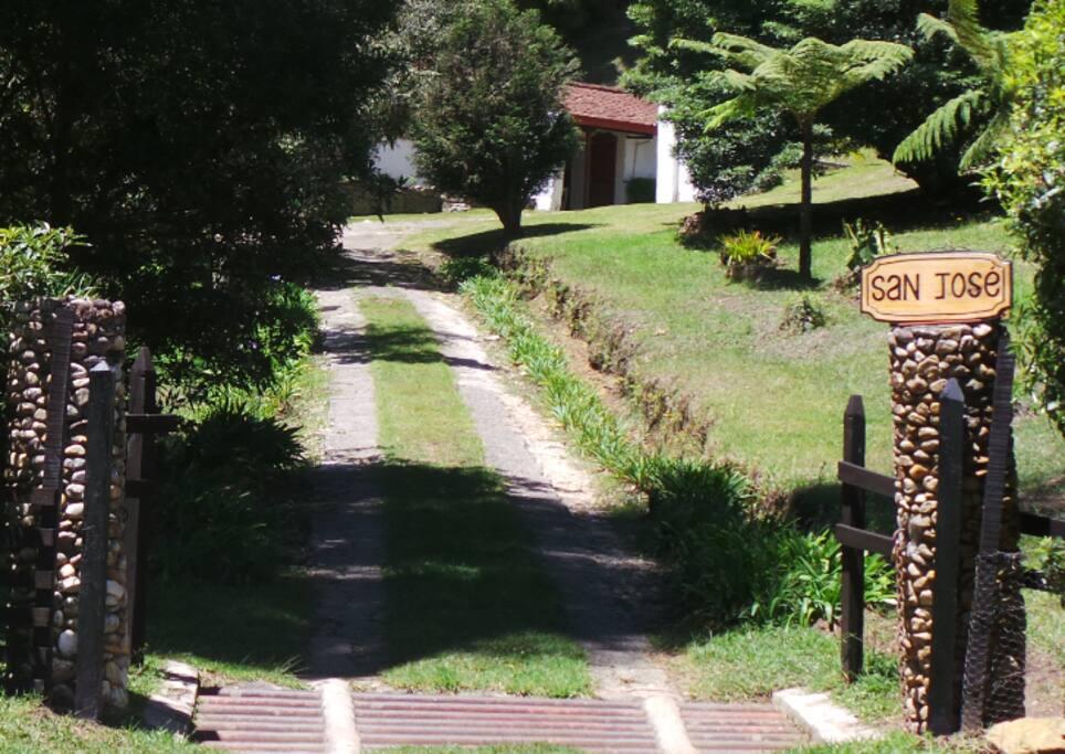 Portada y vía de accesoa la Casas