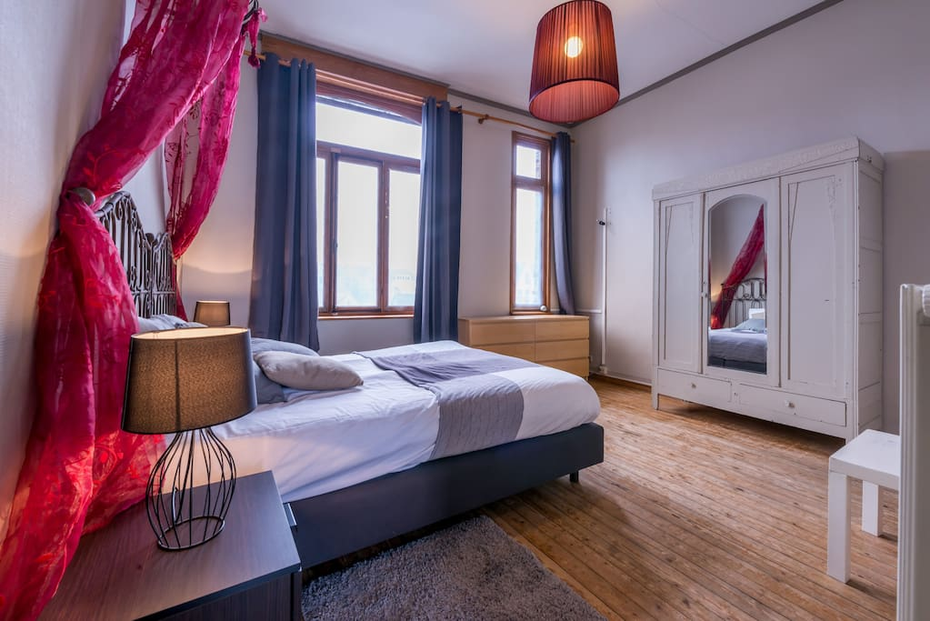 Spacious loft along the canals w private bathroom huizen te huur in brugge vlaanderen belgi - Deco romantische ouderlijke kamer ...