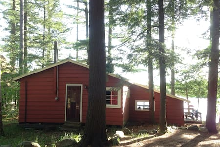 "Lakeside Getaway! Cottage ""Bay"" 3 bdrm in Muskoka"