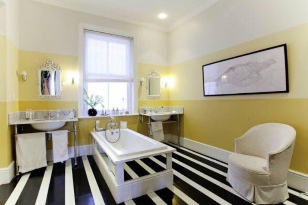 En suite bathroom to master bedroom (1)