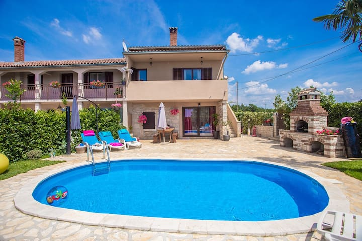Holiday house Marinela with Private Pool and Fenced Garden