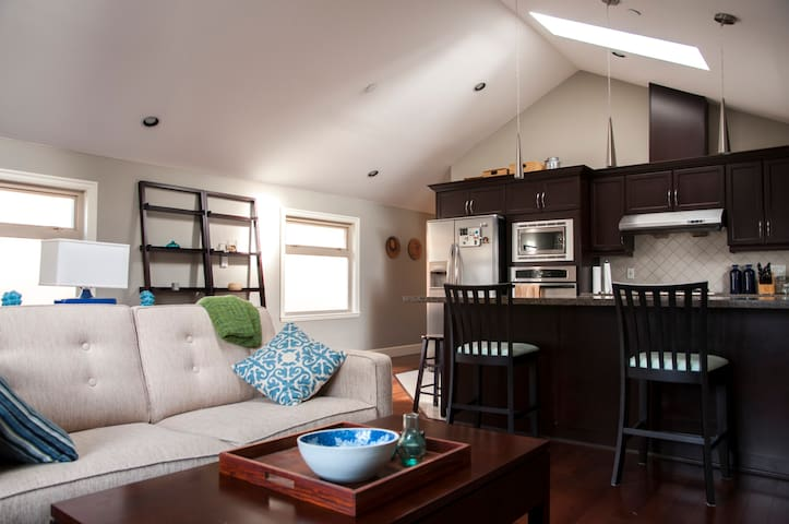 Modern Home, Private Room (#3) in Heart of City!