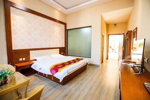 丽江翼宇别院近丽江机场豪华大床(无空调),24小时免费接送机。
