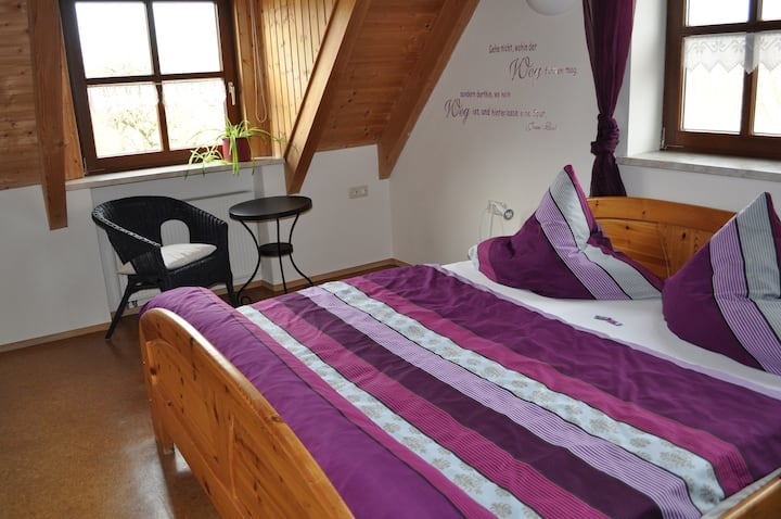 Ferienhof Neudeck (Leutershausen), Ferienwohnung Spatzenschlupf - schlafen unter dem Dach