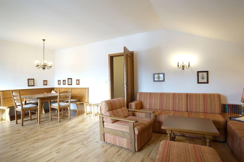 Wohnzimmer mit Zugang zu Südbalkon, großemEsstisch, Sofaecke
