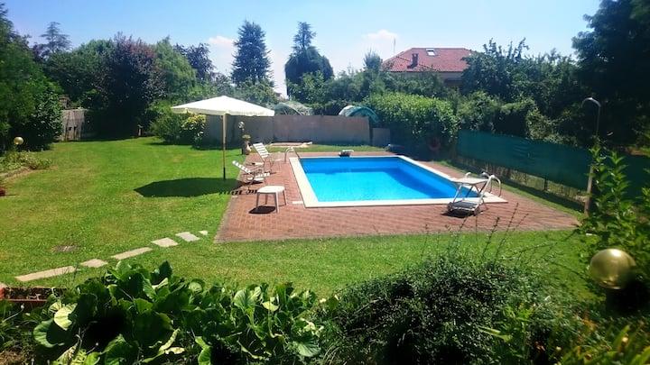 Camera indipendente in Villa Piscina e giardino