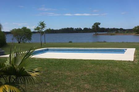Hermosa casa sobre Lago Salto Grande con Piscina - Concordia