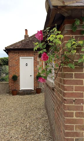 Countryside Cottage at the foot of the South Downs - Singleton