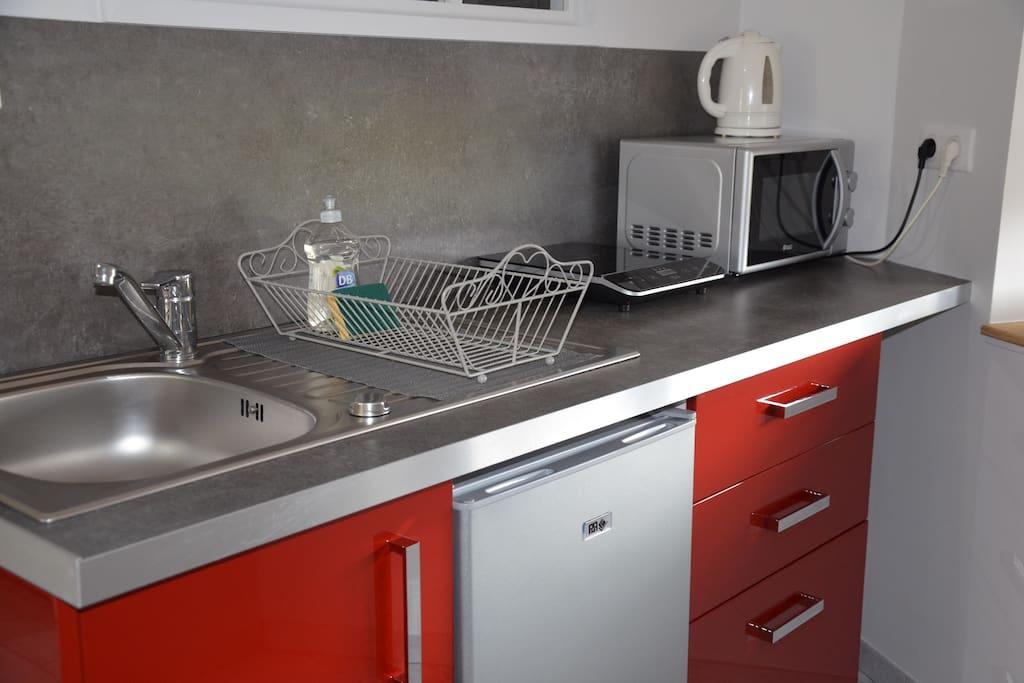 coin cuisine : plaque de cuisson, micro-ondes, bouilloire