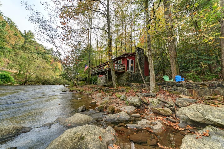 River Haus - Adorable riverfront cabin right on the Chattahoochee; minutes from Alpine Helen.