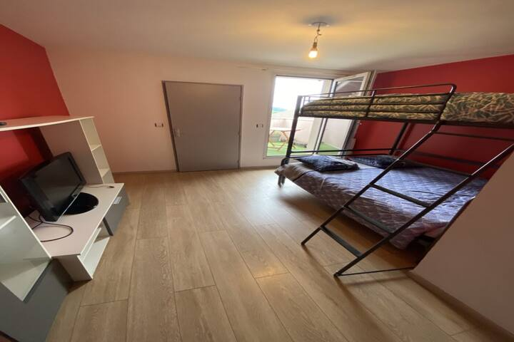 BUGEY, chambre avec petite terrasse, Loyettes