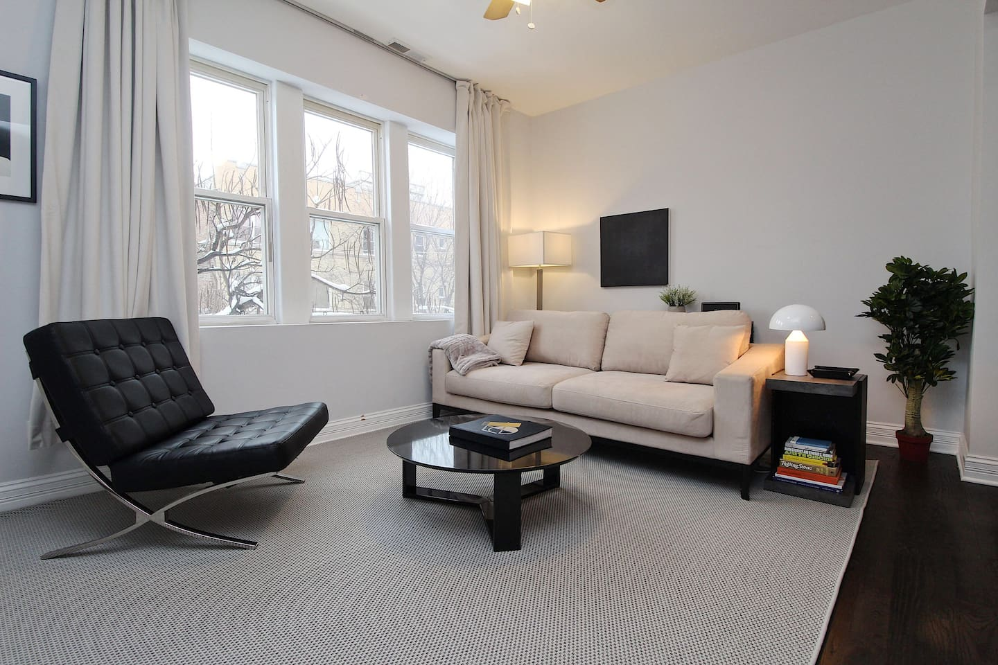 """""""Very modern, clean, and comfortable. Walking distance to Wicker Park bars, shops, and restaurants. And, street free parking!"""""""
