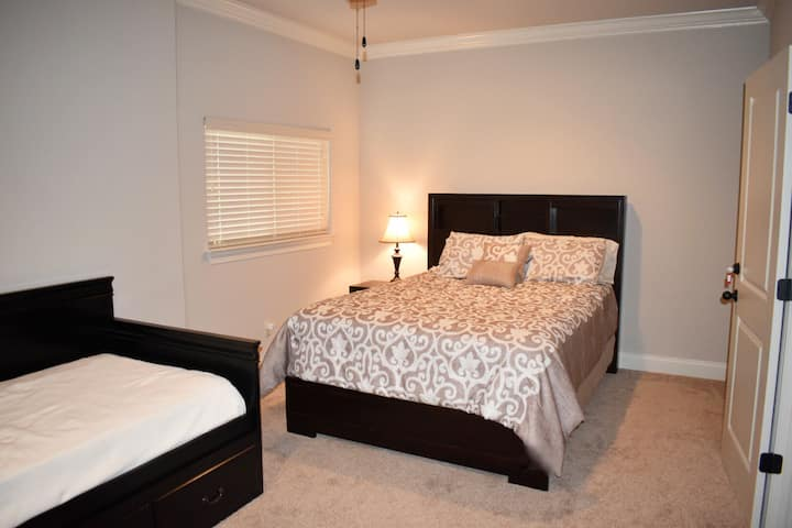 Large Private Room in Condo off Old Taylor