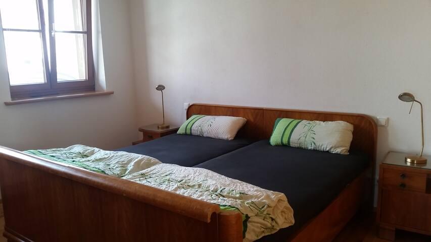 Schlafzimmer mit Doppelbett (2x2m)