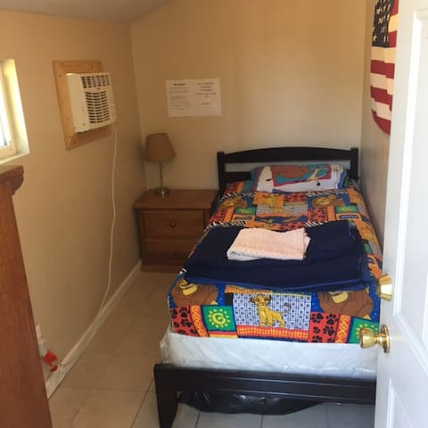 Small Twin Bed room, Solo Stay - San Bernardino - House