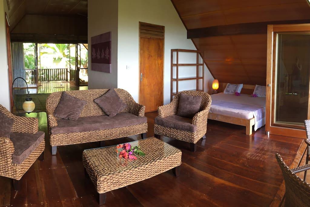 Bed and living room Schlafzimmer und Wohnbereich
