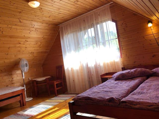 A nagy hálószoba kényelmes ágyai biztosítják a nyugtató alvást.