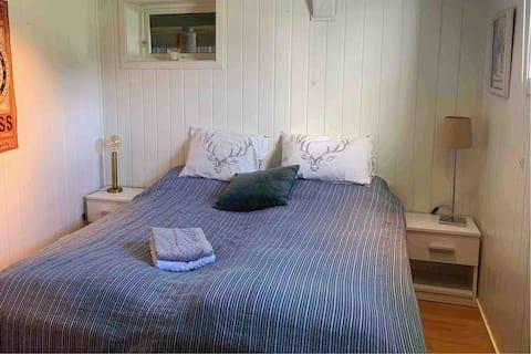 Privat rom i hus ved golfbanen og Stavern