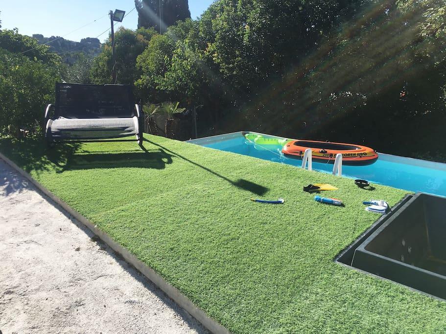 Studio jardin piscine jacuzzi boules barbecue for Piscine de boule