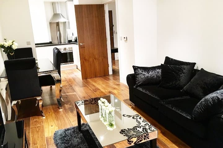 *Modern flat in heart of Canary wharf*
