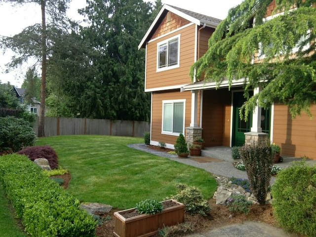 Nice room in Kirkland close to everything