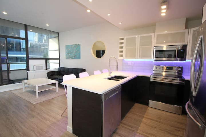 Renovated Downtown Core, Sleeps 4, With Parking !!