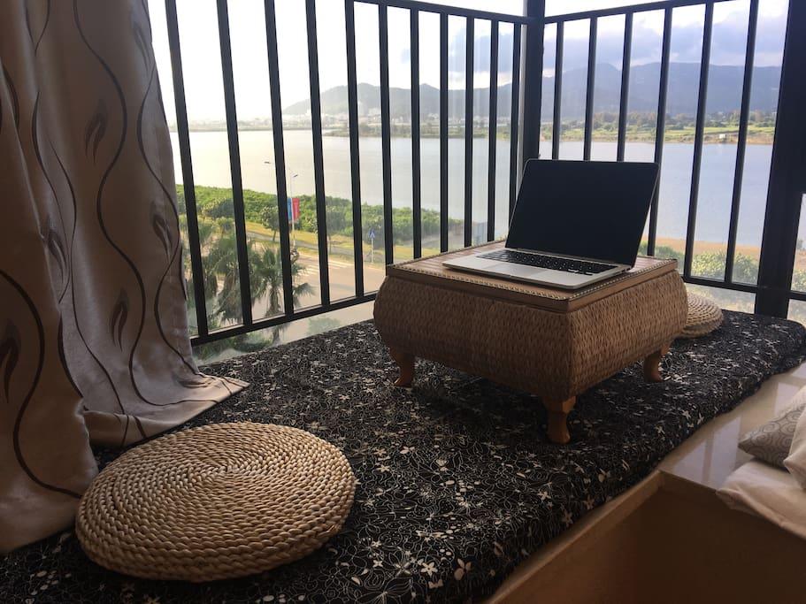 房间飘窗上可以和朋友喝喝茶,聊聊天,欣赏外面美景。