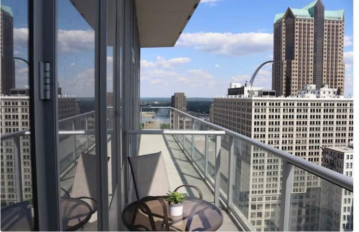 Beautiful Downtown Arch View Loft
