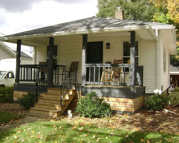 Rockford House - adorable bungalow near downtown