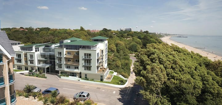 Stylish 2 bedroom apartment with sea views