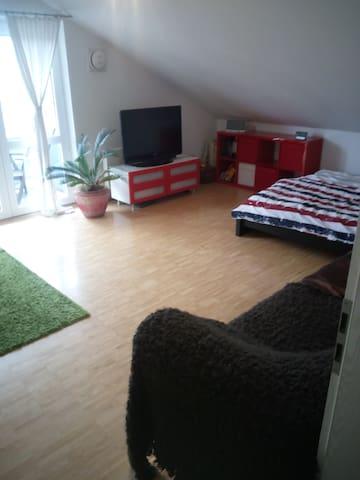 geräumiges Dachgeschosszimmer im Münchner Süden - Oberhaching