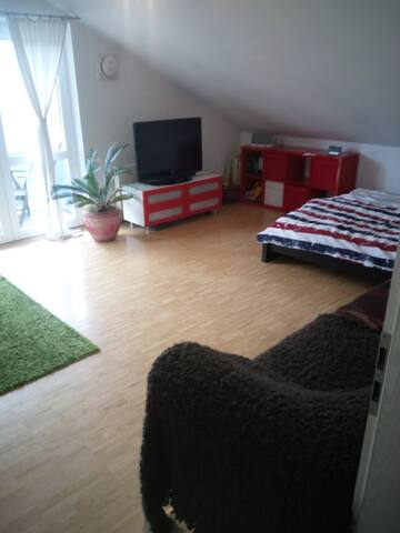geräumiges Dachgeschosszimmer im Münchner Süden - Oberhaching - Apartment